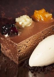 Dessert van chocolademousse en koffieroomijs